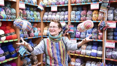 そのカラーリングに、心踊る。Opalの毛糸で繋がる平和と手仕事の輪