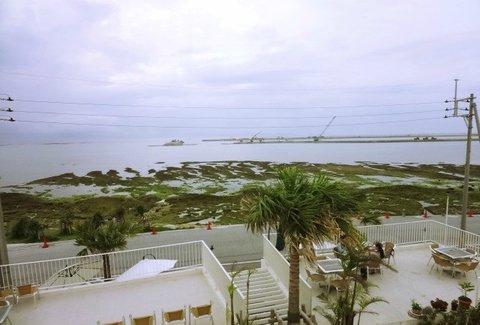 那覇空港から15分で行ける離島、沖縄の新名所「ウミカジテラス」へ