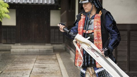 梅雨を乗り斬る! 傘を日本刀のように収納できる「刀剣傘鞄」が登場