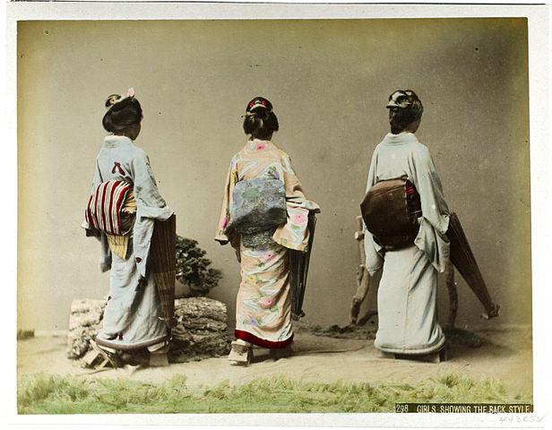 616px-Kusakabe_Kimbei_-_298_Girls_showing_the_back_style