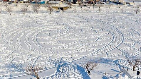 青森の雪原にミステリーサークルが出現。犯人はたった1人の「足跡」