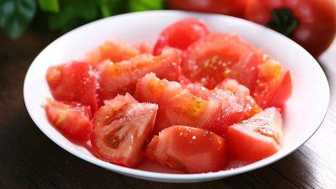 トマトにかけるのは「塩VS砂糖」論争、なぜ地域で分かれるのか?