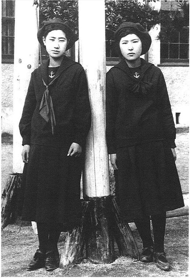 616px-Students_of_Fukuoka_Jogakkou_1920's_Fukuoka_Japan