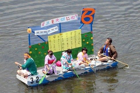 鳥人間に負けない。手作り「いかだ」で多摩川をひたすら下る大会が大盛況