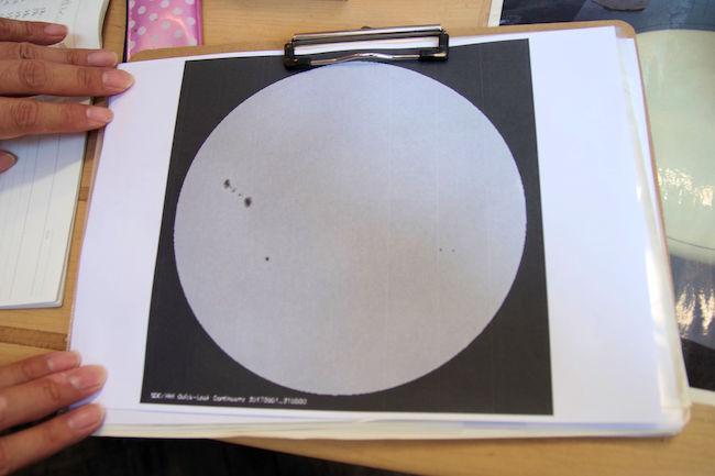 第一赤道儀室の望遠鏡で投影される太陽の様子