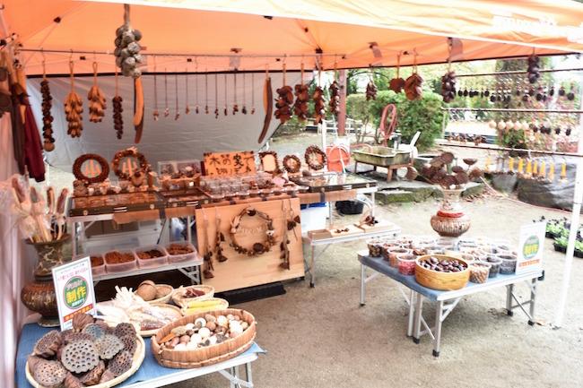 リースやアクセサリーのパーツとして使える木の実がバラで売られている
