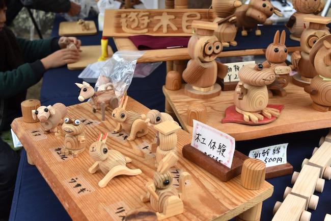 木工やぶどうの木の皮を使った工芸など、ワークショップを行っていた