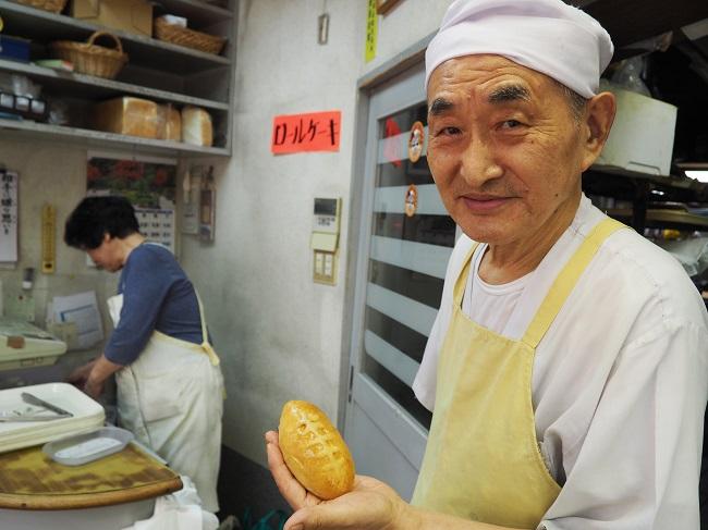 ▲手づくりパンの店「フォーレ」店主、78歳のベテランパン職人、持田寿穂さん。「トライくんカレー」は手のひらにおさまるかわいいサイズ