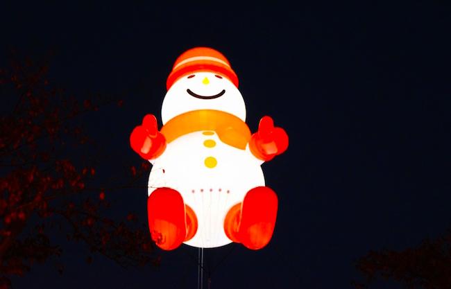 空に浮かぶビッグスノーマンバルーン