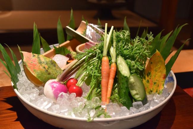小豆島産の新鮮野菜を醤油やオリーブオイルにつけて食べる