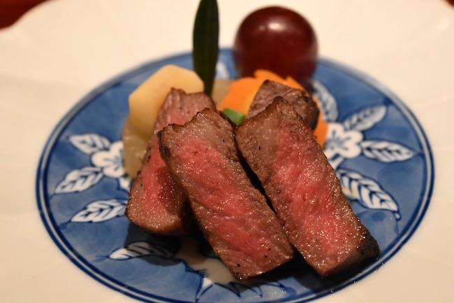 オリーブ牛も脂や肉の旨みが味わえるようにシンプルに炙られている