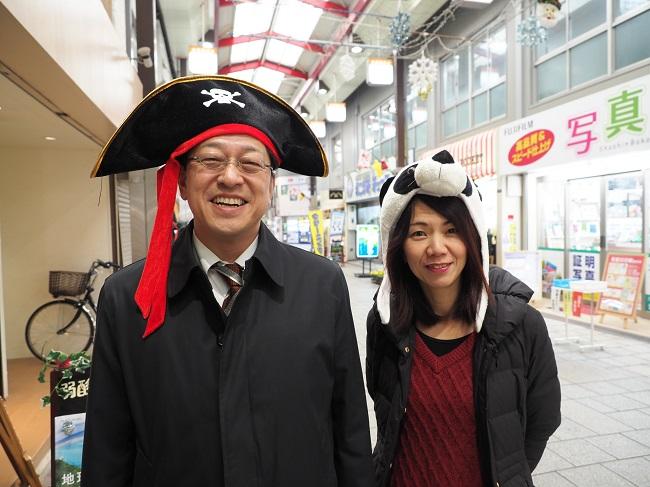 発起人の白石さんとWeb企画編集者の宮西陽子さんが商店街をくまなくめぐり各店舗のセール情報を集める