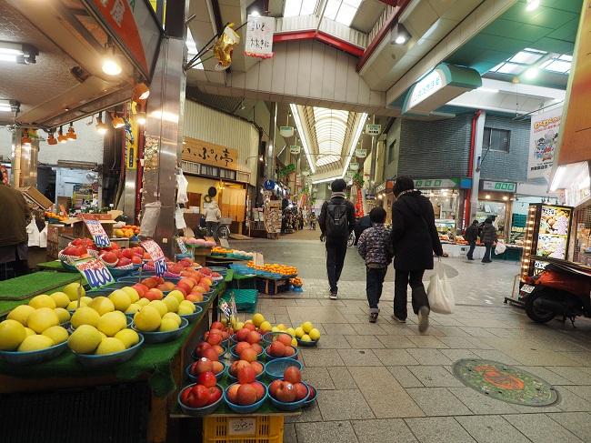 土居駅前には懐かしいムードのアーケード商店街が横たわる