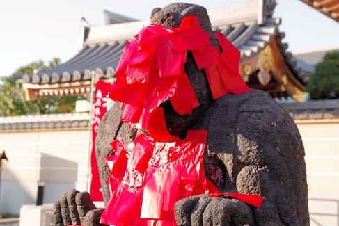仁王像にこんなことしたの誰だ? 赤札だらけの北区田端「東覚寺」