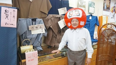 店主がツッコミ待ち。「かぶりもの」で買い物客をもてなす大阪の「笑」店街