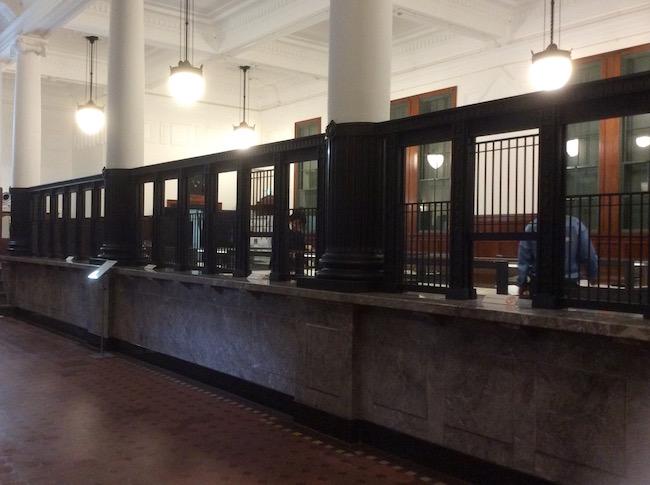 博物館1階には銀行のカウンターも現存する