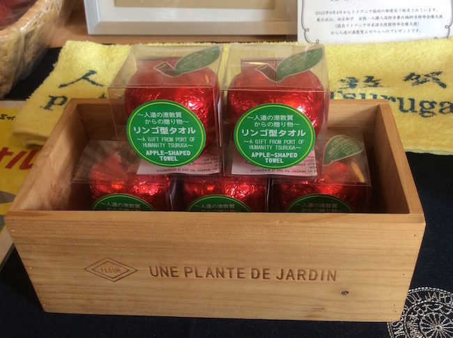 敦賀の少年がユダヤ難民に与えた林檎をモチーフにしたタオル