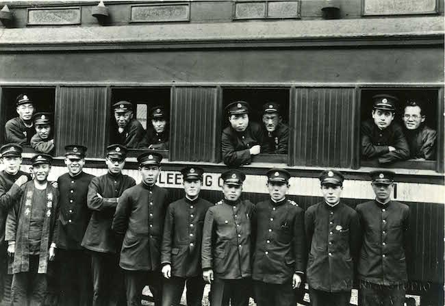 国際列車の前で記念撮影 敦賀市提供
