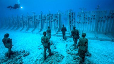 不気味なほど神秘的。スペインの「海底ミュージアム」