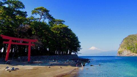 富士山、鳥居、青い海。西伊豆の絶景「戸田湾」は穴場パワースポット