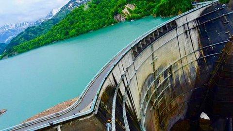 黒部ダム、外国人観光客で大賑わい。観光放水は6月26日から