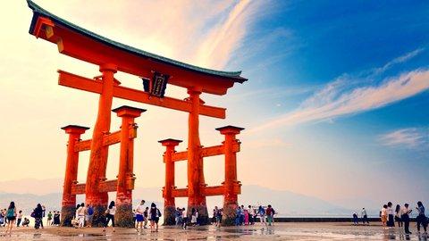 コインを挟まないで。世界遺産「厳島神社」の大鳥居が倒壊危機!