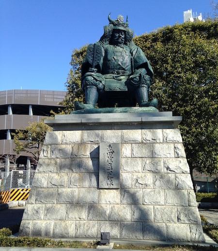 甲府駅南口にある、この銅像は誰?