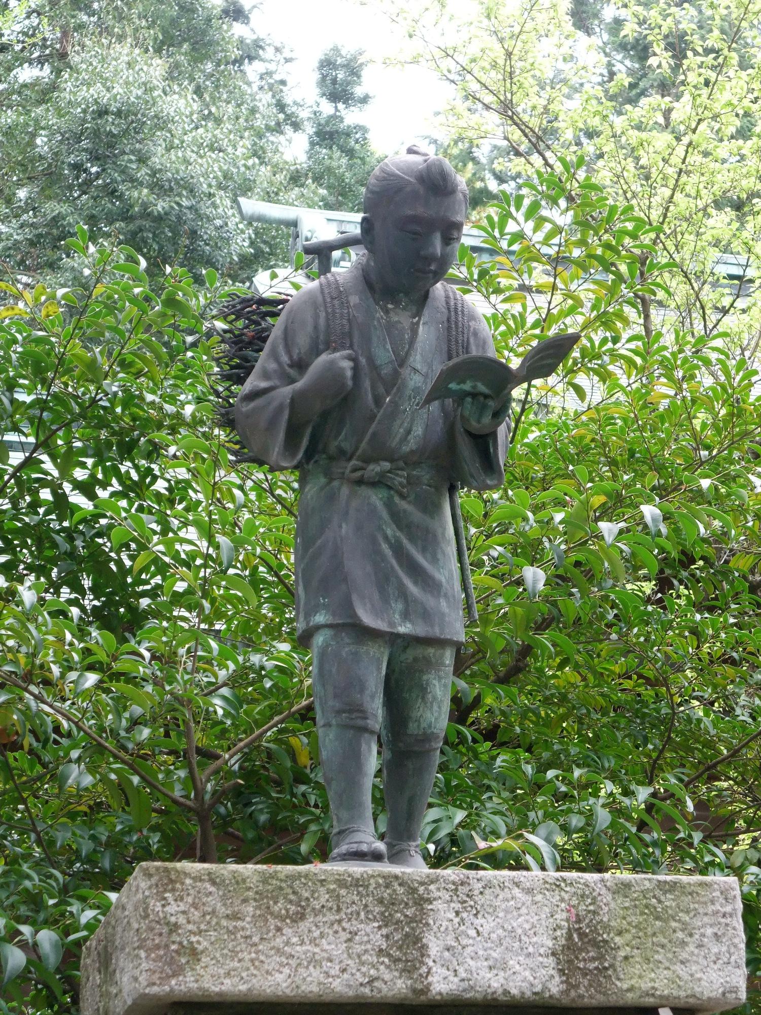 あちこちにある、この銅像は誰?