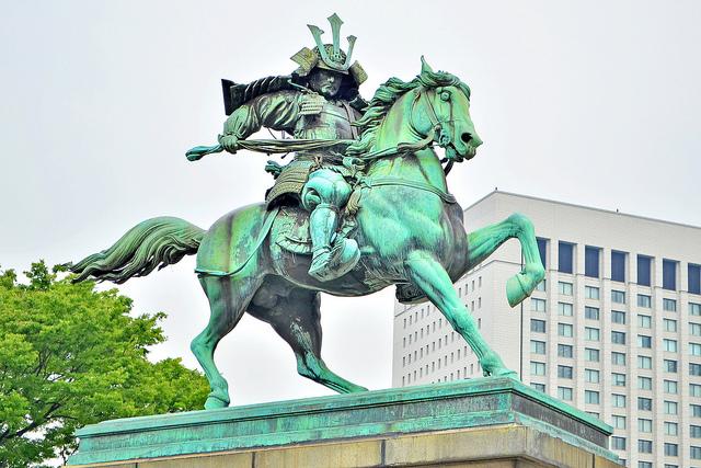 皇居外苑にある、この銅像は誰?
