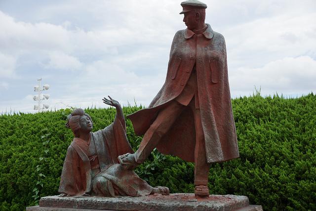 熱海にある、この銅像は誰と誰?
