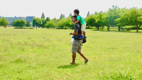 パパより高い目線になるぞ。子供を背中の後ろに立たせて移動できるアイテム