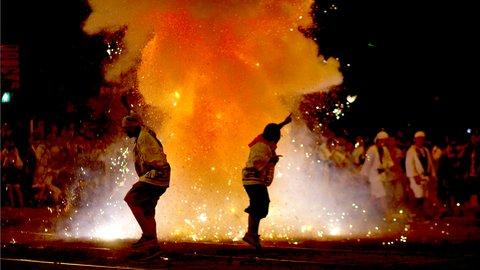爆竹の音がすごい。長崎の「精霊流し」が想像を超えてる華々しさ