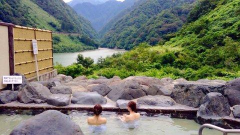 トロッコ電車の始発駅。絶景と温泉を一度に味わう富山「宇奈月温泉」