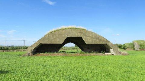 まるでドムが覗いているような、千葉の軍事遺跡「掩体壕」の正体