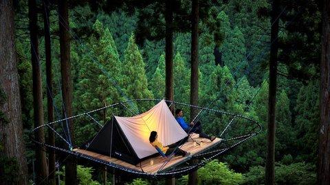 天空にできた大人の秘密基地。自然との一体感を楽しめる「ツリーイングキャンプ」