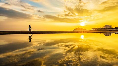 日本の「ウユニ塩湖」は香川県にあった。世界の絶景そっくりスポット