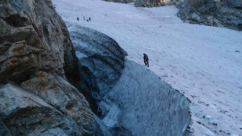 実はまだ氷河期?日本で初めて「氷河」が発見された富山・立山連峰