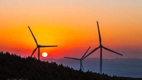 巨大風車がズラリ。非日常感あふれる美しい風景「青山高原ドライブウェイ」