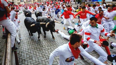 水もワインも雨あられ。ヘミングウェイも描いた牛追い「サン・フェルミン祭」