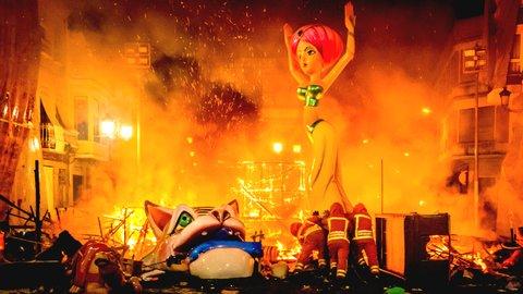 非現実的な光景。街中で巨大人形を燃やしまくる「バレンシアの火祭り」