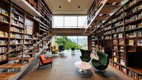 本に囲まれ、暮らすように過ごす。静ひつを楽しむ「箱根本箱」とは