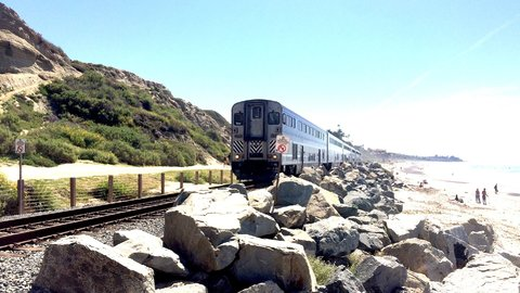 自転車と一緒に出かけよう。南カリフォルニアでビーチ沿いの鉄道旅