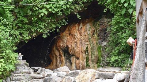 秘湯、だけど気軽さが自慢。富山にある混浴の天然洞窟露天風呂