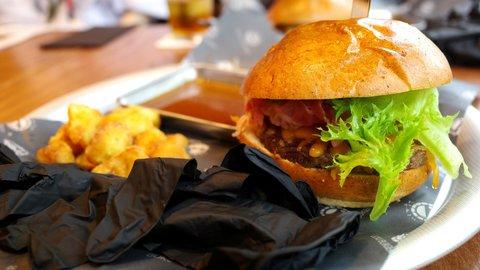 手づかみで豪快に食べるハンバーガー。表参道に2年間限定でオープン