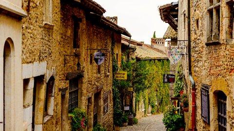 中世の世界に迷い込みました。フランスで最も美しい村「ペルージュ」へ