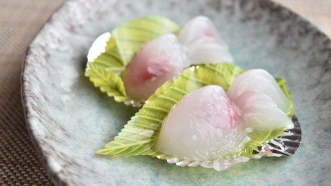 涼しく泳ぐ、夏の美しい金魚。風情を食べて愛でる富山の名店冷菓