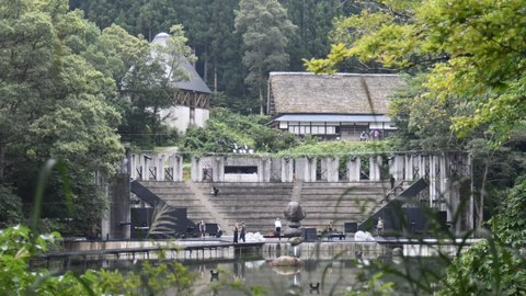 なぜ富山の山村で?世界的な祭典、「演劇のオリンピック」が開催