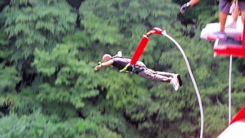 絶景に抱かれて…一生に一度はやってみたい「猿ヶ京バンジージャンプ」