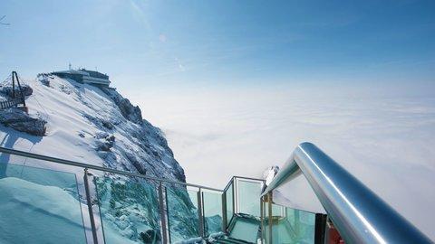 まるで空中散歩。スリル満点の「ガラス張り」絶景スポット5選