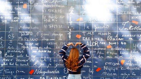 思わず「愛してる」と伝えたくなる?世界の多彩で面白い「壁」8選